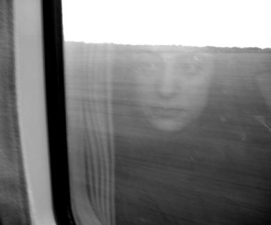 Selfie antes del tiempo de las selfies. Reflejo en el tren. Foto de Mónica Soto Icaza